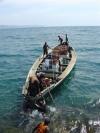 Fot.3. Cumowanie łodzi do skalistego nabrzeża